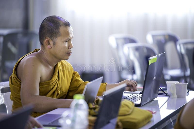 I monaci stanno studiando il lavoro del computer fotografia stock libera da diritti
