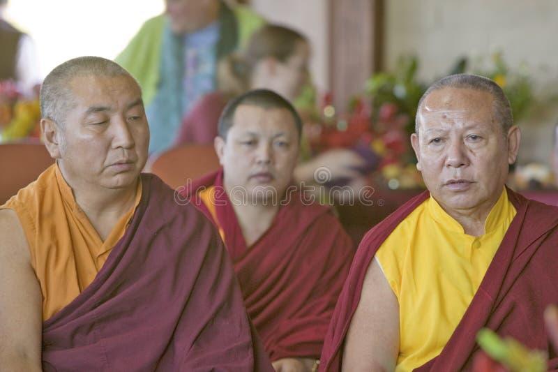 I monaci tibetani messi per cerimonia buddista di autorizzazione di Amitabha alla meditazione montano in Ojai, CA fotografie stock libere da diritti