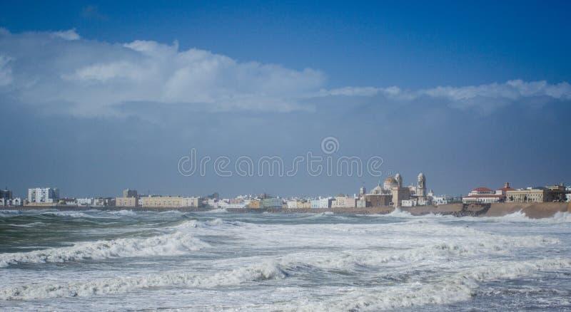 I monumenti storici di Cadice osservano in tempesta da via fotografia stock libera da diritti