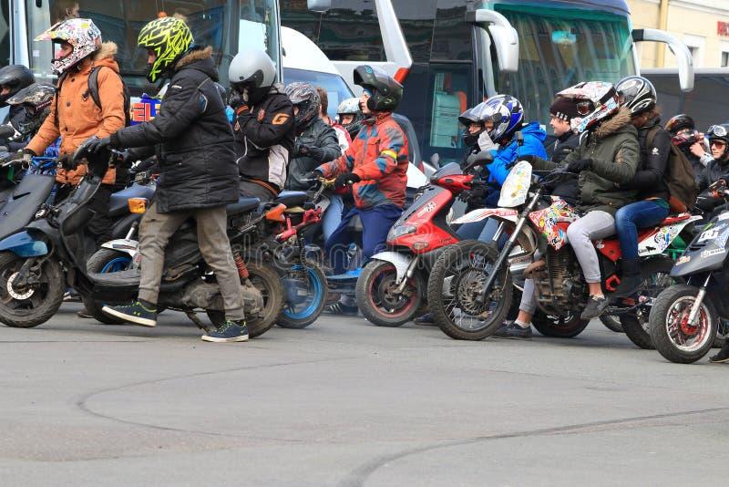 I motociclisti cominciano a muoversi fotografia stock
