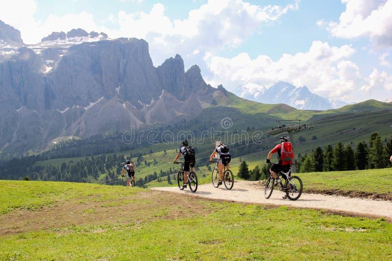 I motociclisti di Moutanin sono sulle dolomia dell'alta montagna immagini stock libere da diritti
