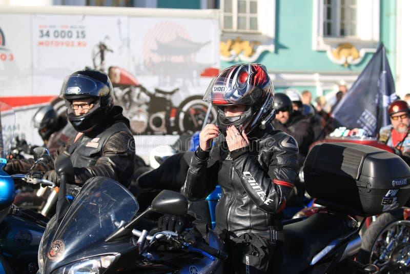 I motociclisti preparano avviare il loro convoglio fotografia stock