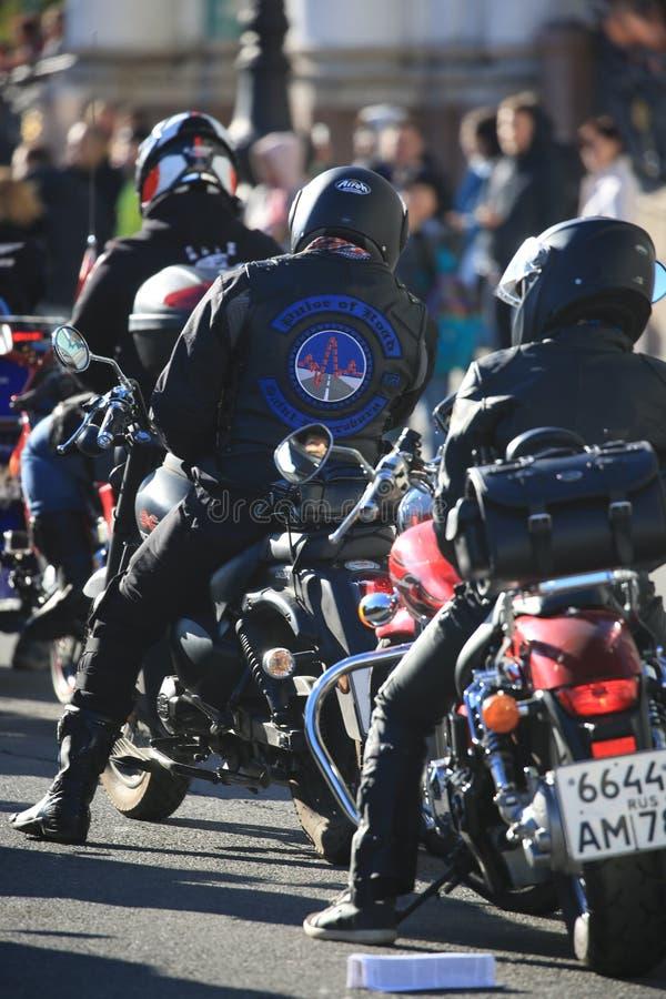 I motociclisti sulle loro motociclette stanno aspettando l'inizio fotografie stock libere da diritti
