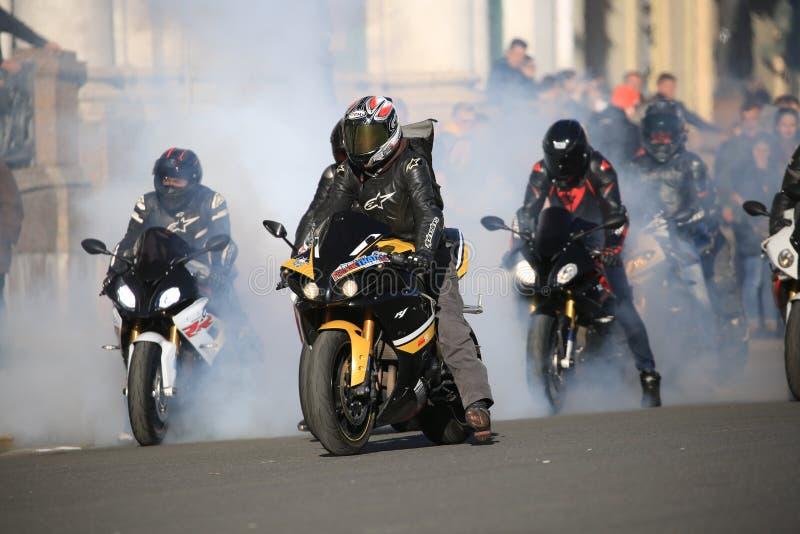 I motociclisti in una nuvola di fumo attendono l'inizio fotografie stock