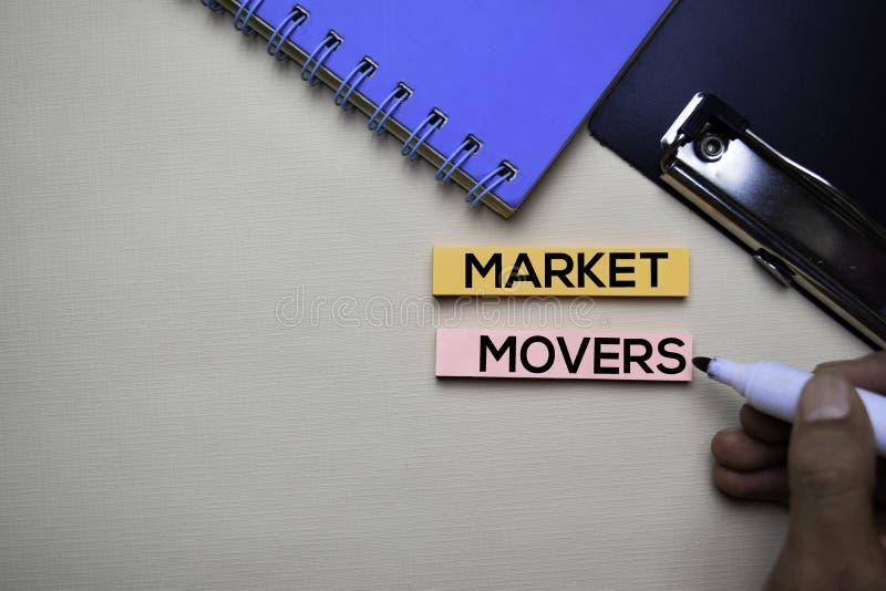 I motori del mercato mandano un sms a sulle note appiccicose con il concetto della scrivania immagini stock libere da diritti