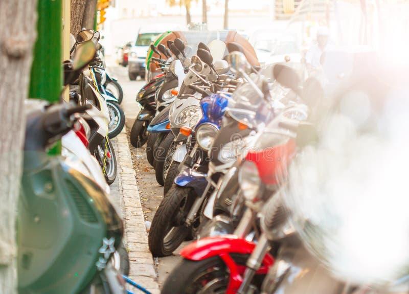 I motorini hanno parcheggiato nelle file sulle vie di Tarragona fotografia stock