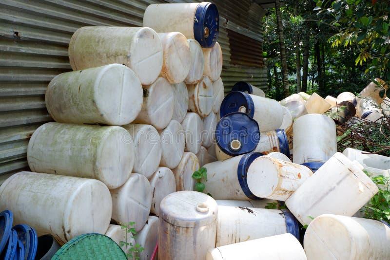 i mucchi dei bidoni per la benzina, pezzi di tubi di plastica, secchi ed immondizia, hanno usato i contenitori dei materiali dell immagine stock libera da diritti