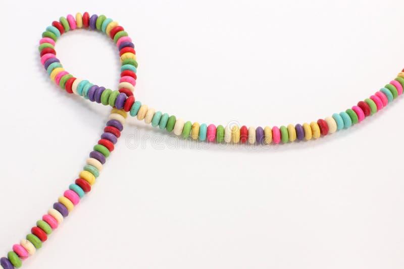 I multi gioielli colorati bordano l'accessorio fatto a mano della collana su fondo bianco fotografie stock libere da diritti