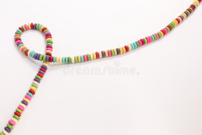 I multi vecchi gioielli colorati bordano la presentazione accessoria della collana fatta a mano immagini stock