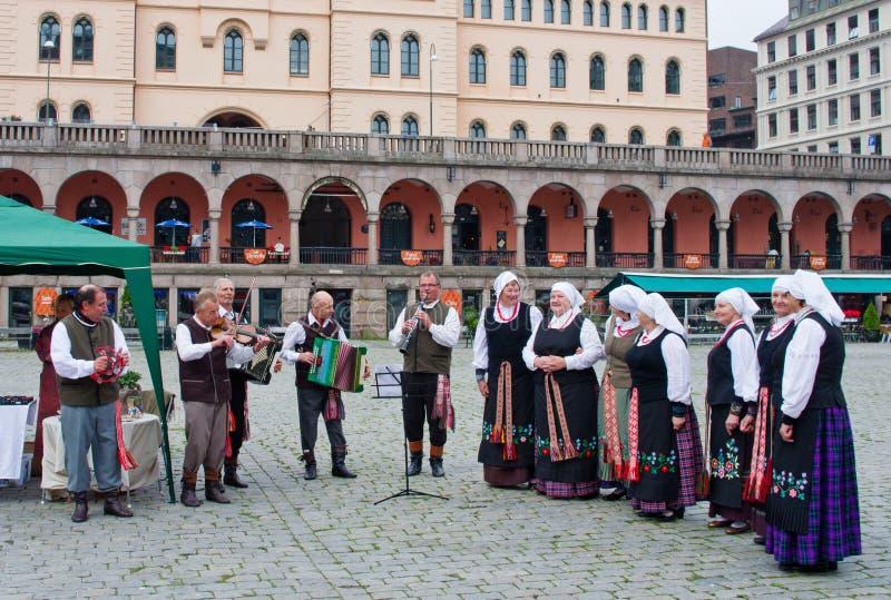 I musicisti garbed in costumi di epoca che eseguono a Oslo, Norvegia immagini stock libere da diritti