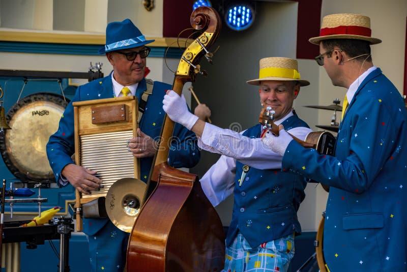 I musicisti intrattiene gli ospiti all'avventura della California di Disney immagini stock
