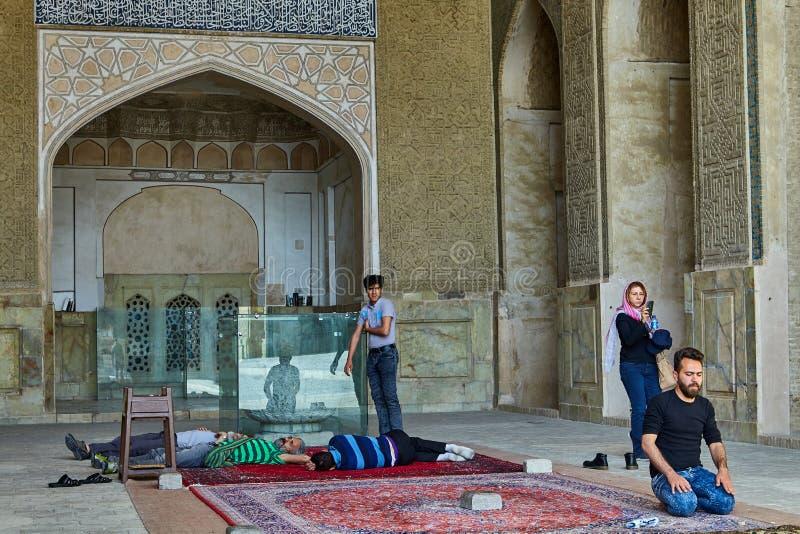 I musulmani pregano nella moschea, Ispahan, Iran fotografie stock
