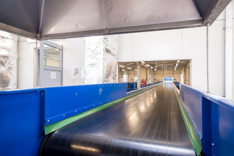 I nastri trasportatori incatenano il macchinario per la disposizione della composta fotografia stock