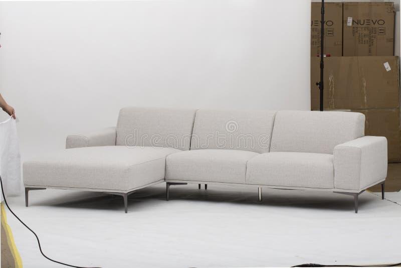 I naturlig storlek av stol och att bed?va sektions- soffor med ReclinersSofa Recliner And Chaise Lounge att tvinga - bild arkivfoton