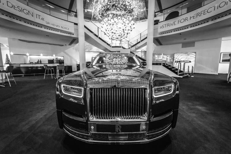 I naturlig storlek lyxig bilRolls-Royce Phantom VII serie II fördjupa hjulbasen royaltyfria foton