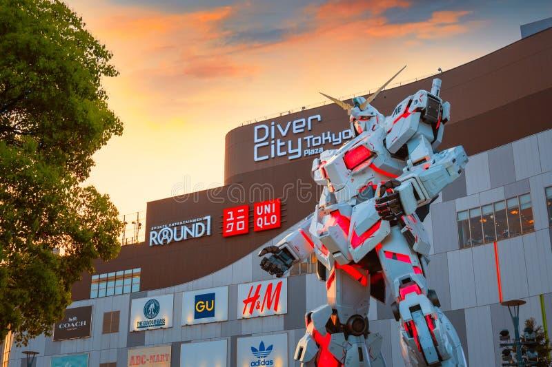 I naturlig storlek mobil dräkt RX-0 Unicorn Gundam på dykaren City Tokyo Plaza i Tokyo, Japan royaltyfria foton
