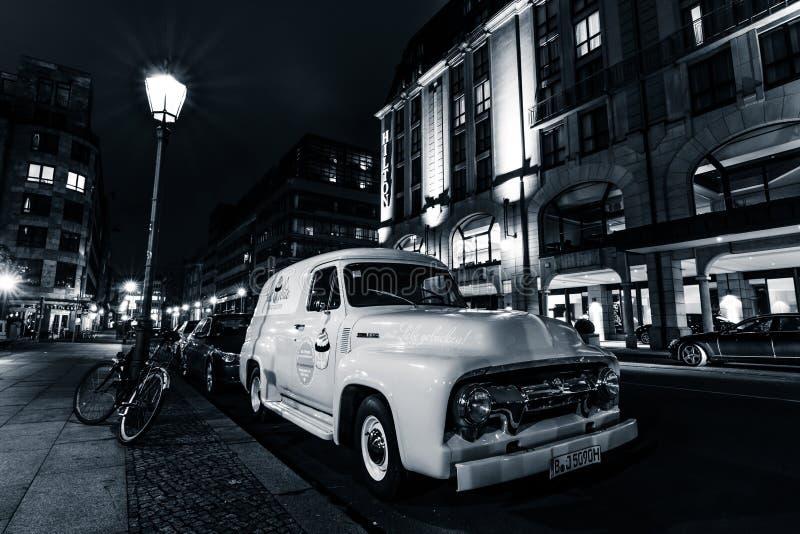 I naturlig storlek skåpbil för panel för pickupFord F100, 1953 royaltyfri fotografi