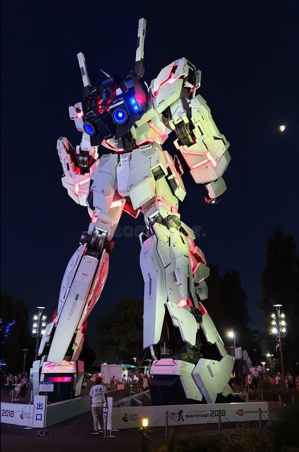 I naturlig storlek stående framdel för Unicorn Gundam staty av dykarestadsplazaen Tokyo i Odaiba arkivbild