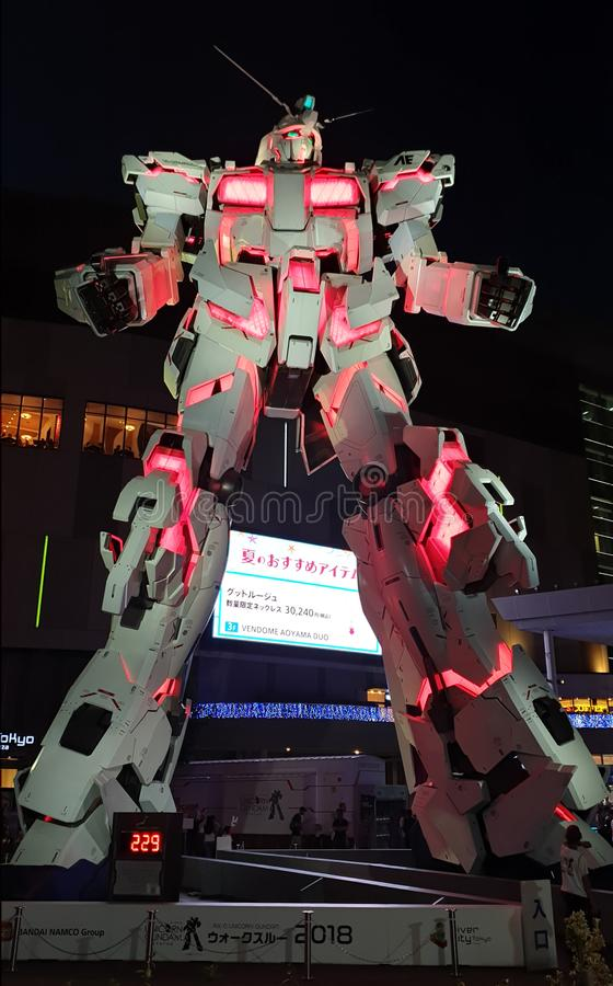 I naturlig storlek stående framdel för Unicorn Gundam staty av dykarestadsplazaen Tokyo i Odaiba arkivfoto