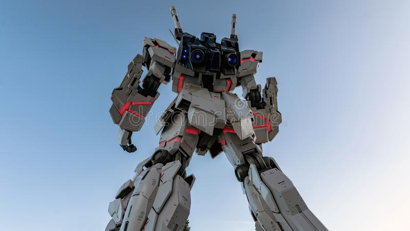 I naturlig storlek stående framdel för Unicorn Gundam staty av dykarestadsplazaen Tokyo i Odaiba, Japan fotografering för bildbyråer