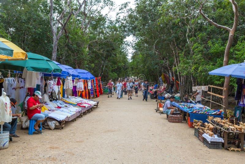 I negozi informali locali dentro l'eredità di Chichen Itza collocano vicino da Cancun nel Messico immagine stock