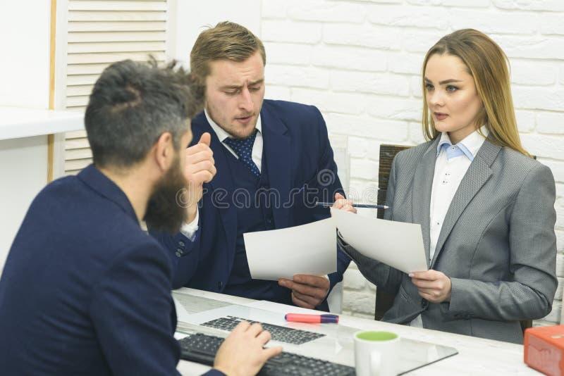 I negoziati di affari, discutono gli stati dell'affare L'uomo con la barba beve il tè mentre aspetta la decisione dei capi Affare fotografie stock libere da diritti