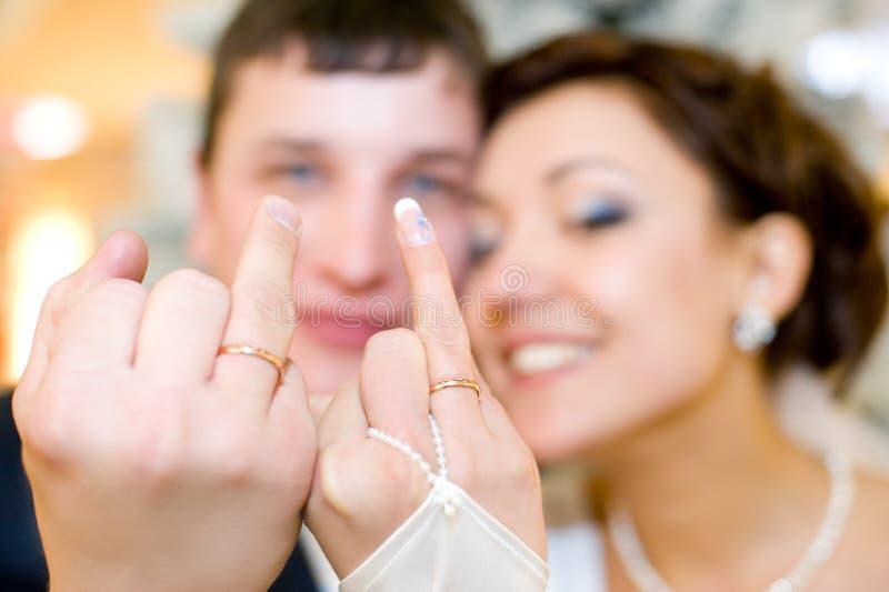 I Newlyweds mostrano i loro anelli fotografie stock libere da diritti