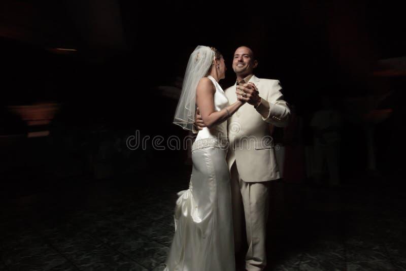 I Newlyweds in primo luogo ballano immagine stock
