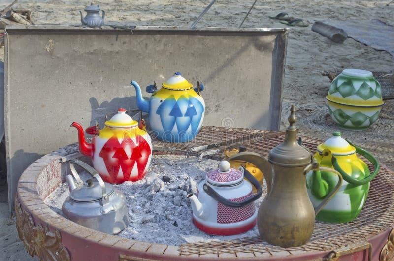 I nomadi beduini arabi utilizzano le teiere casalinghe tradizionali a del metallo fotografia stock
