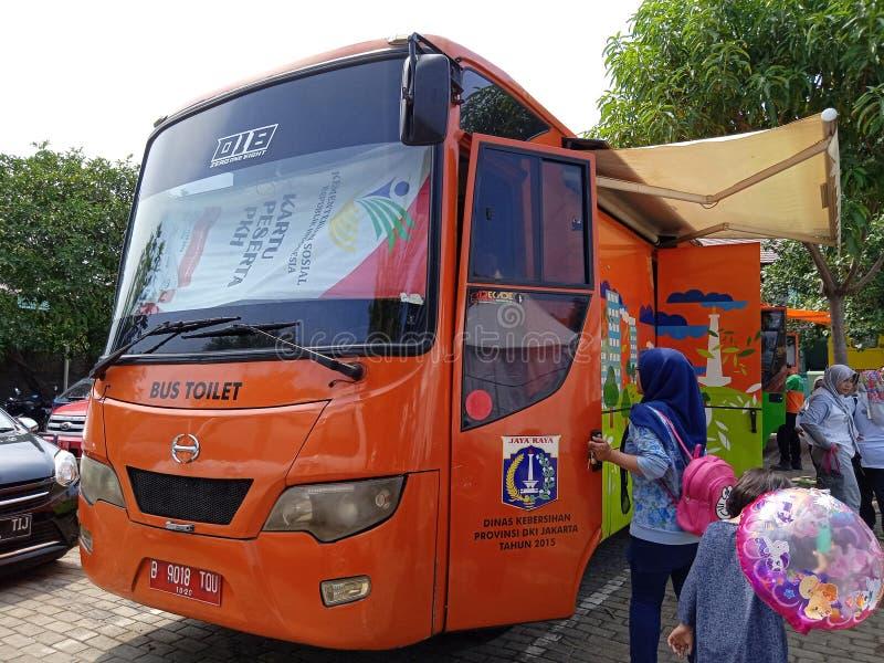 I november 2019 anlitade människor som använder gula toalettbussfaciliteter från lokala myndigheter vid Betawi festive, East jaka arkivfoto