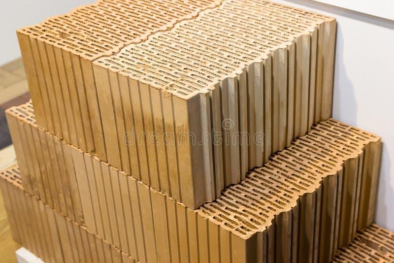 I nuovi mattoni per costruzione sono in azione immagini stock libere da diritti