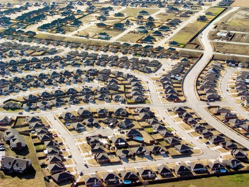 I nuovi sviluppi domestici illustrano l'espansione urbana da una prospettiva aerea fotografia stock libera da diritti