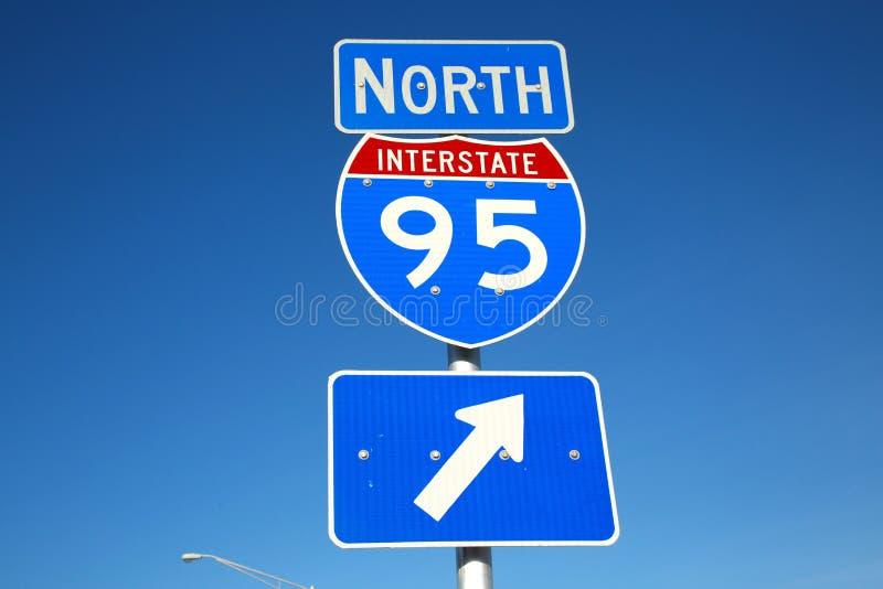 I-95 północy znak Przeciw Jasnemu niebieskiemu niebu zdjęcia royalty free
