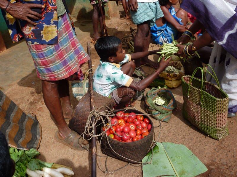 I paesani tribali negoziano per le verdure immagini stock libere da diritti
