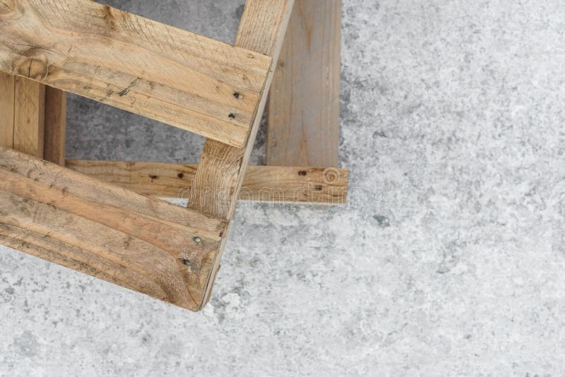 I pallet di legno stanno su un pilastro concreto Copi lo spazio Struttura sfuocatura Fondo fotografia stock