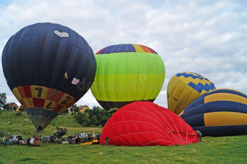 I palloni di rosso, di blu, di giallo, di verde chiaro e l'arancia gonfiano fotografie stock libere da diritti
