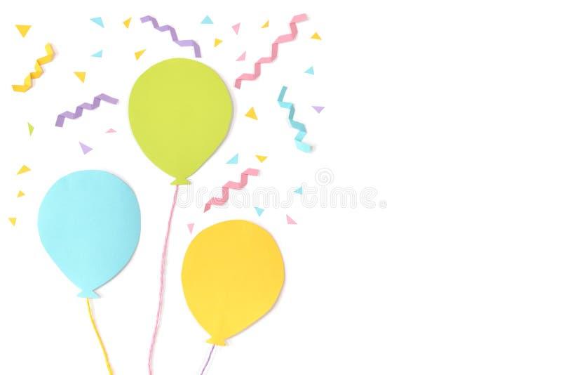 I palloni e la carta dei coriandoli hanno tagliato su fondo bianco immagine stock libera da diritti