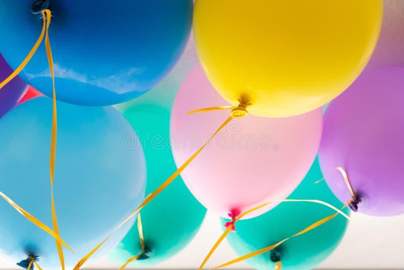 I palloni ed i palloni variopinti con la celebrazione felice fanno festa il fondo fotografie stock libere da diritti