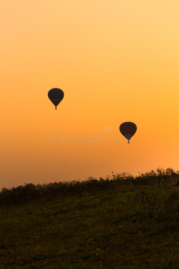 I palloni profilano con il tramonto immagine stock