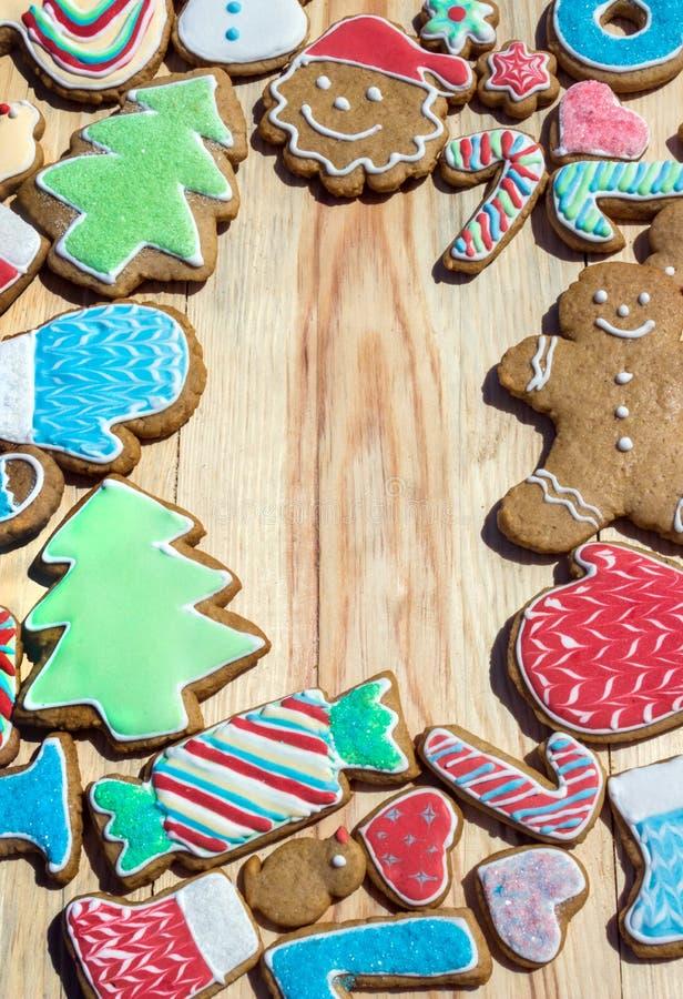 I pan di zenzero sono decorati per il nuovo anno ed il Natale (può essere usato come carta) fotografie stock libere da diritti