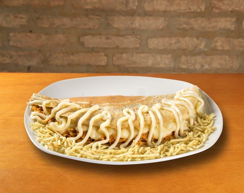 I pancake hanno farcito il petto di pollo ed il formaggio Basso profondità-di-fie fotografie stock