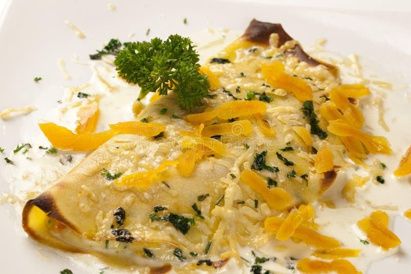 I pancake hanno farcito il petto di pollo ed il formaggio Basso profondità-di-fie fotografia stock