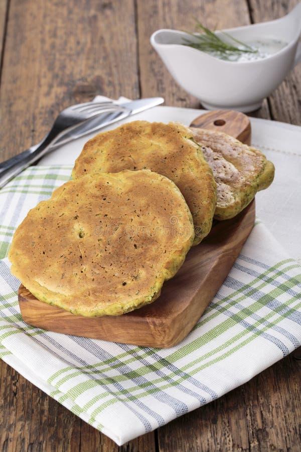 I pancake hanno fatto da farina di mais con spinaci e le erbe immagine stock libera da diritti