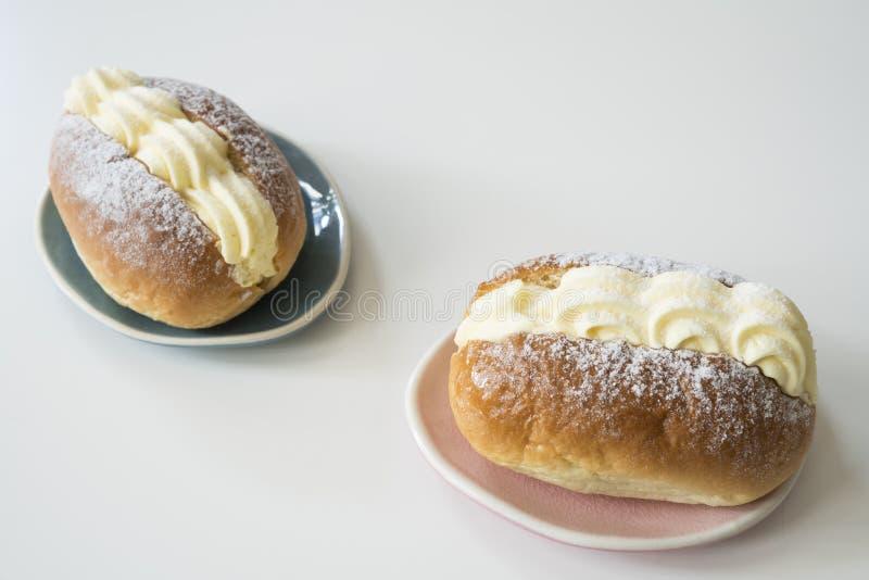 I panini alla crema olandesi hanno chiamato il roombroodje o il puddingbroodje Contro priorità bassa bianca fotografia stock libera da diritti