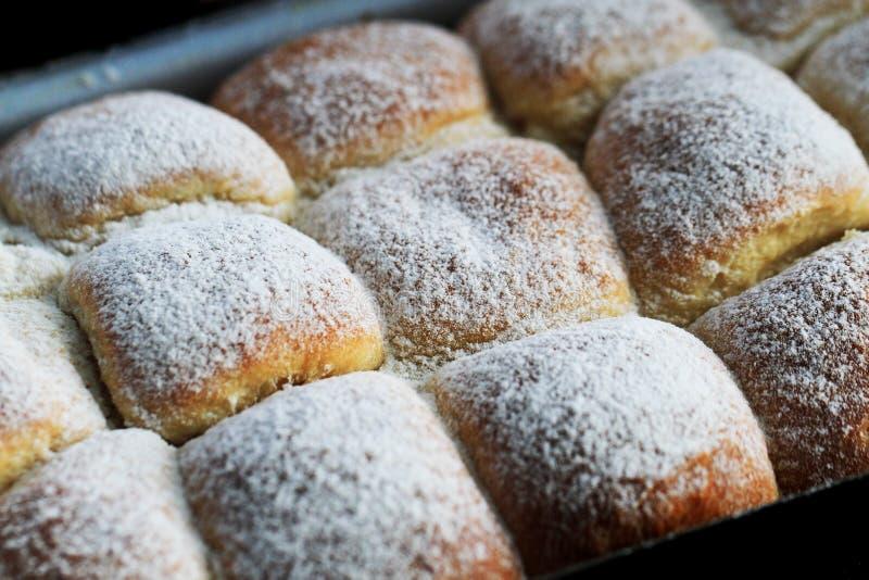 i panini cechi tradizionali riempiono tramite l'inceppamento della frutta fotografie stock libere da diritti