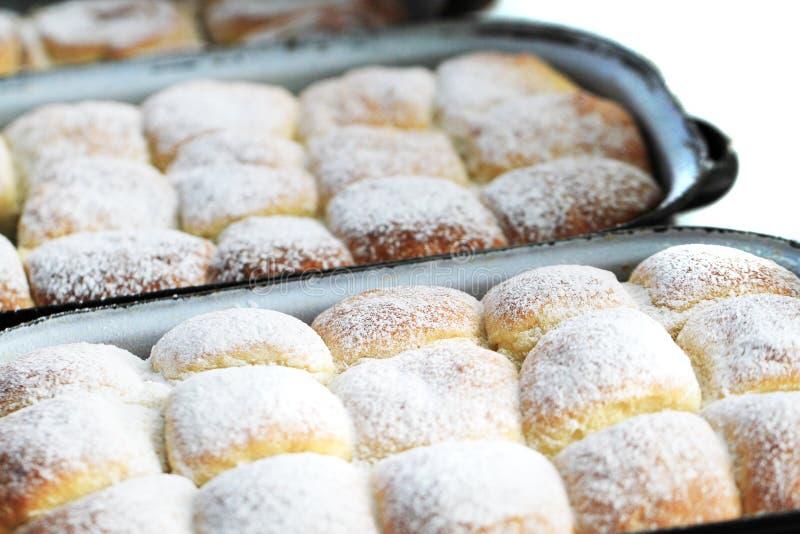 i panini cechi tradizionali riempiono tramite l'inceppamento della frutta fotografia stock libera da diritti