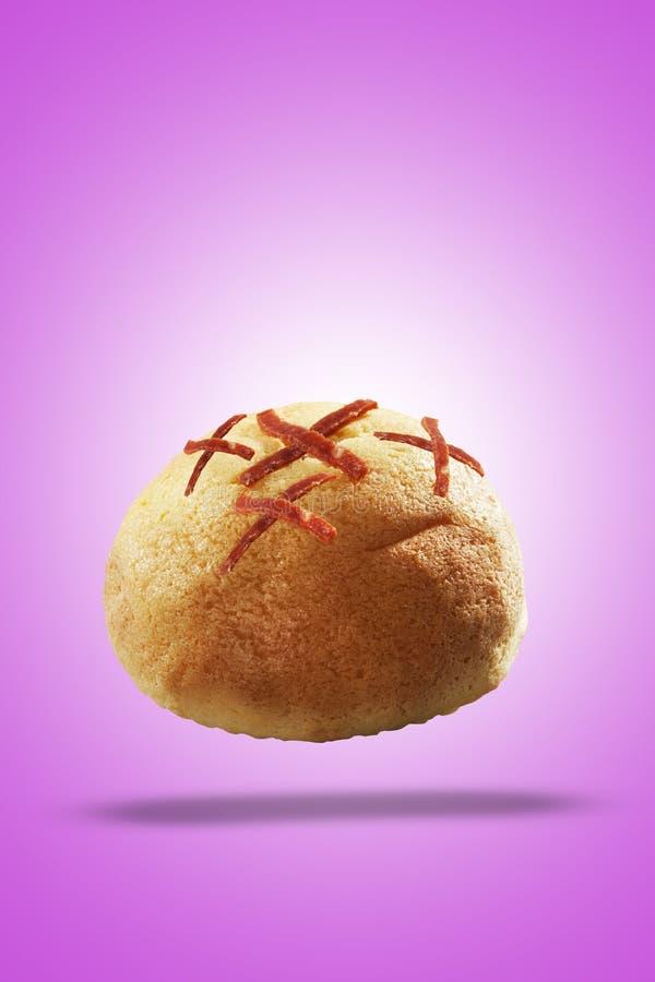 I panini del pane hanno fatto dalla pasta della farina da pane con il manzo affumicato affettato sulla cima fotografie stock
