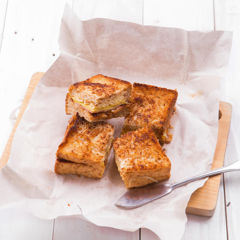 I panini di club appena fatti sono servito su un tagliere di legno immagine stock