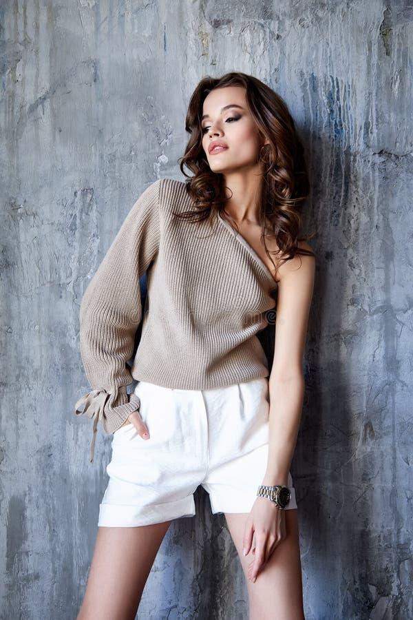 I pantaloni castana della blusa di usura di trucco dei capelli del bello della donna di modo modello sexy del fascino scarni mett immagine stock