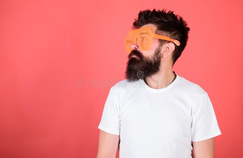 I pantaloni a vita bassa barbuti dell'uomo indossano gli occhiali da sole louvered giganti Ottica e concetto di protezione degli  immagine stock